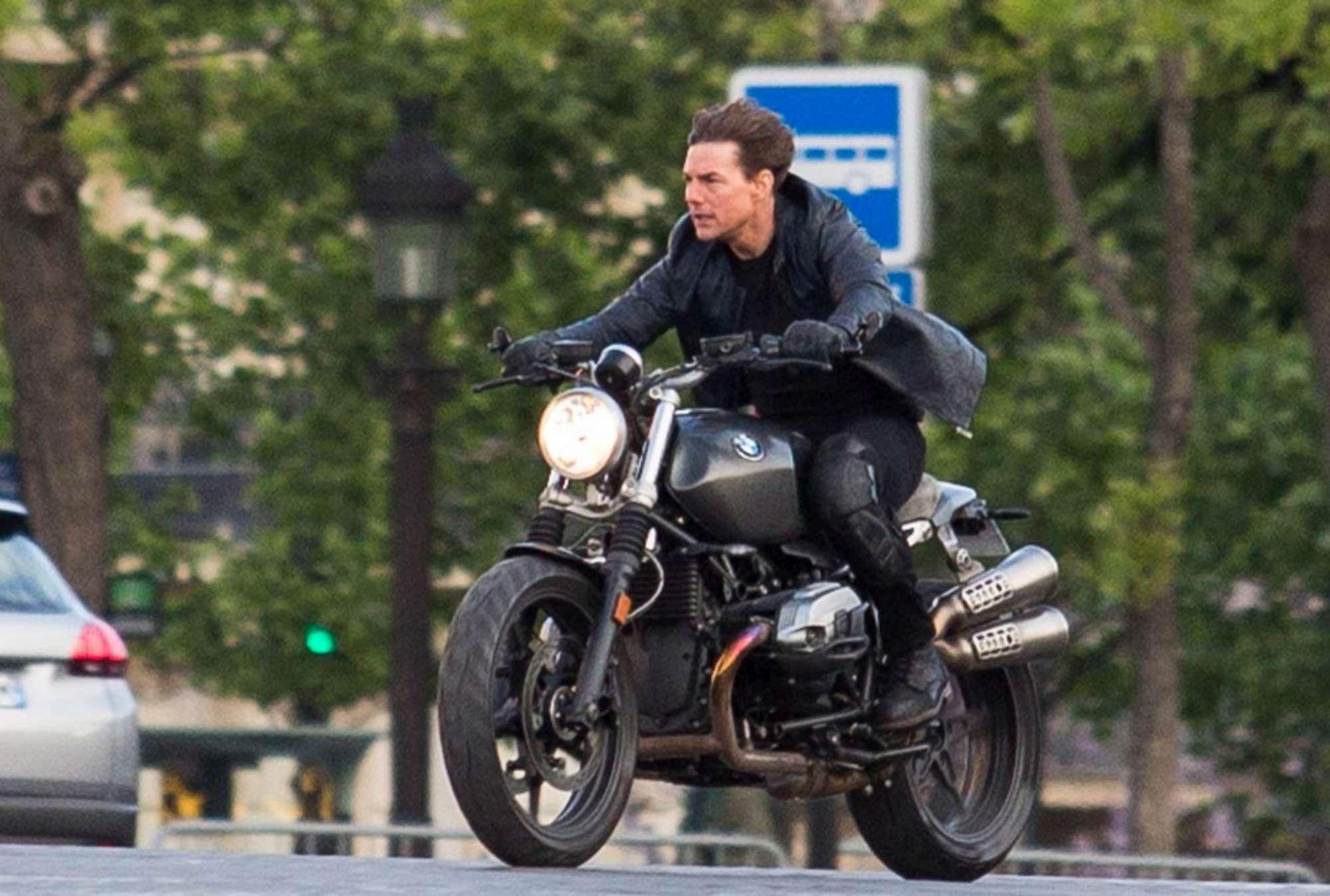 mission impossible 6 tom cruise in moto senza casco sul set per le strade di parigi. Black Bedroom Furniture Sets. Home Design Ideas