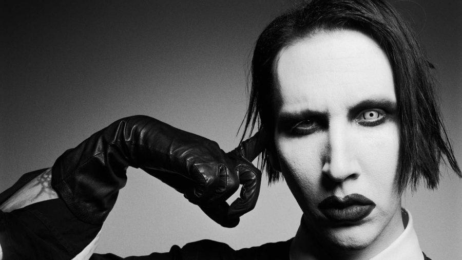 Marilyn Manson travolto dalla scenografia durante un concerto: stop tour