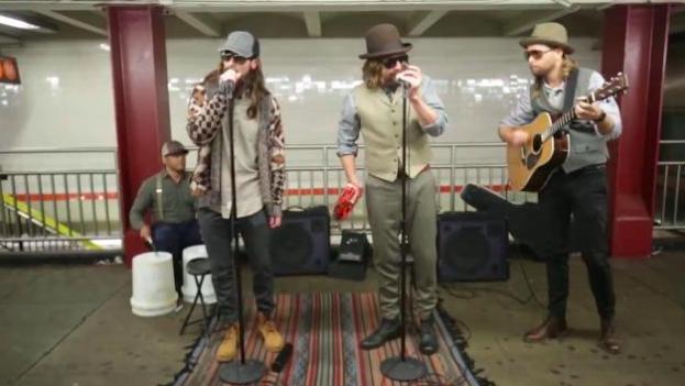 I Maroon 5 travestiti fanno cantare la metropolitana di New York!
