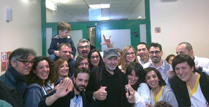 Vasco Rossi e Gaetano Curreri in ospedale dai bambini ricoverati