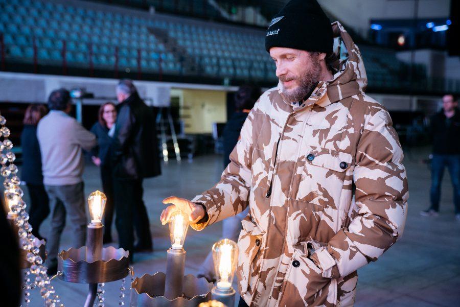 Lorenzo Jovanotti: i 13 lampadari dei suoi concerti all'asta per beneficenza
