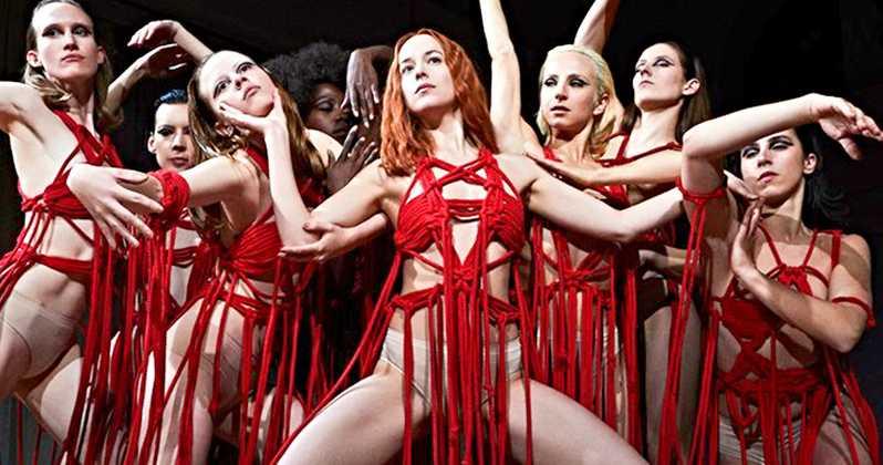 """Il nuovo poster del film """"Suspiria"""" si macchia di rosso"""
