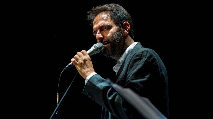 """Neri Marcorè canta De André: """"Come una specie di sorriso"""" all'Auditorium"""
