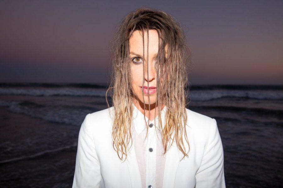 """""""Smiling"""": è uscito il nuovissimo singolo di Alanis Morissette"""